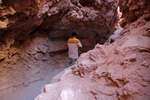 Guia Enrique nos guiando pela entrada da caverna de sal.