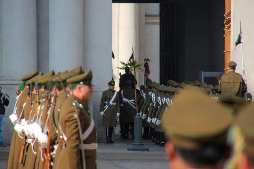Todos os soldados marchando na entrada do palácio