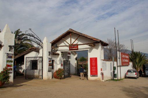 Entrada do centro comercial de artesanato Los Dominicos, para compras em santiago