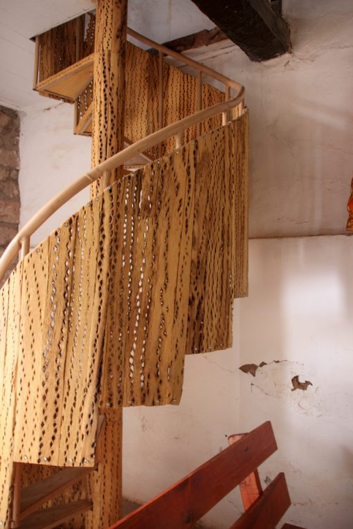 Escada feita com madeira de cactus dentro da igreja de toconao