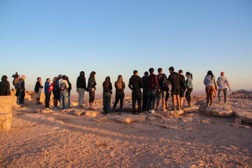 Fila de vinte e três pessoas aguardando para tirar foto na Pedra do Coiote