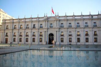 Palacio de la moneda - Parte de trás do palacio de la moneda com um espelho d'água em frente