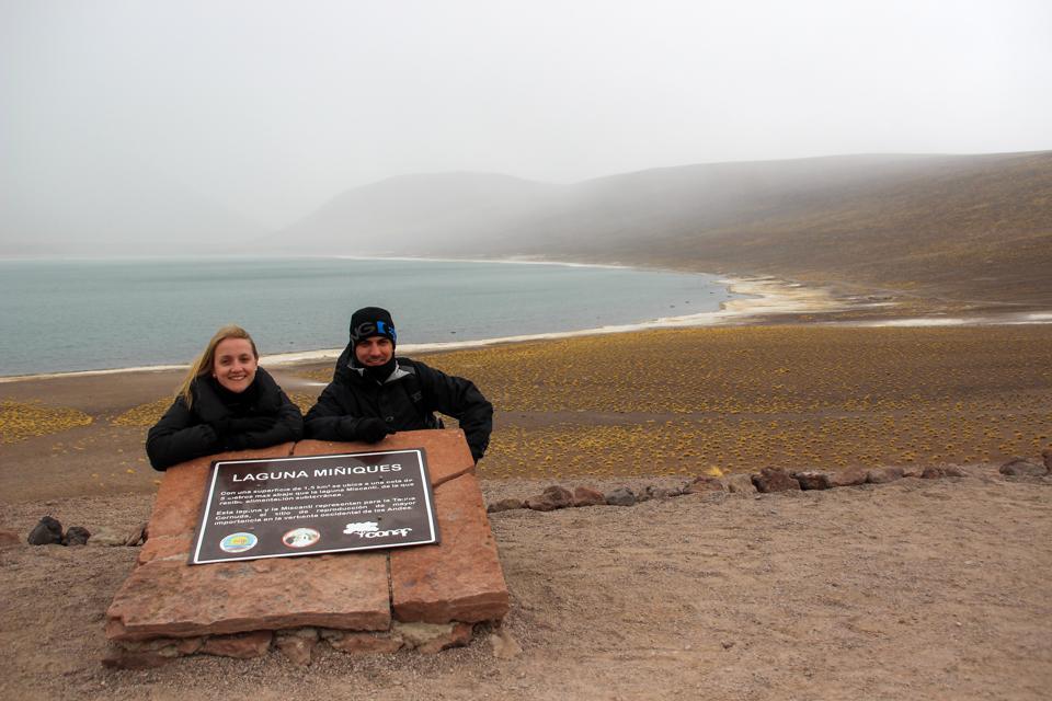 Lagunas altiplanicas - Eu e Diego agachados na placa da Laguna Miniques que tem uma vegetação mais rala que da miscanti e também muita névoa.
