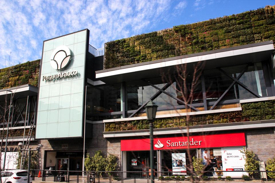 Fachada do Parque Arauco com diversas plantas na parede, um ótimo lugar de compras em santiago.