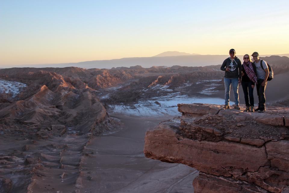 Eu, Diego e Marion em cima da Pedra do Coiote com o Valle de la muerte ao fundo.