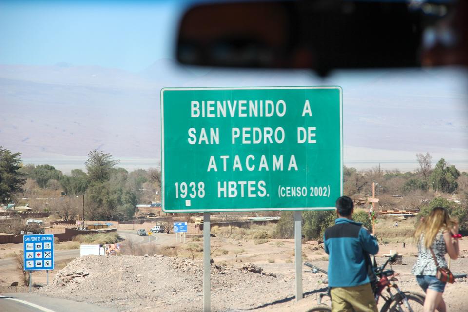 Placa de San Pedro de Atacama que diz ter mil novecentos e trinta e oito habitantes, censo de dois mil e dois