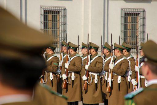 Soldados em empunhando as armas a frente do Palacio de La Moneda
