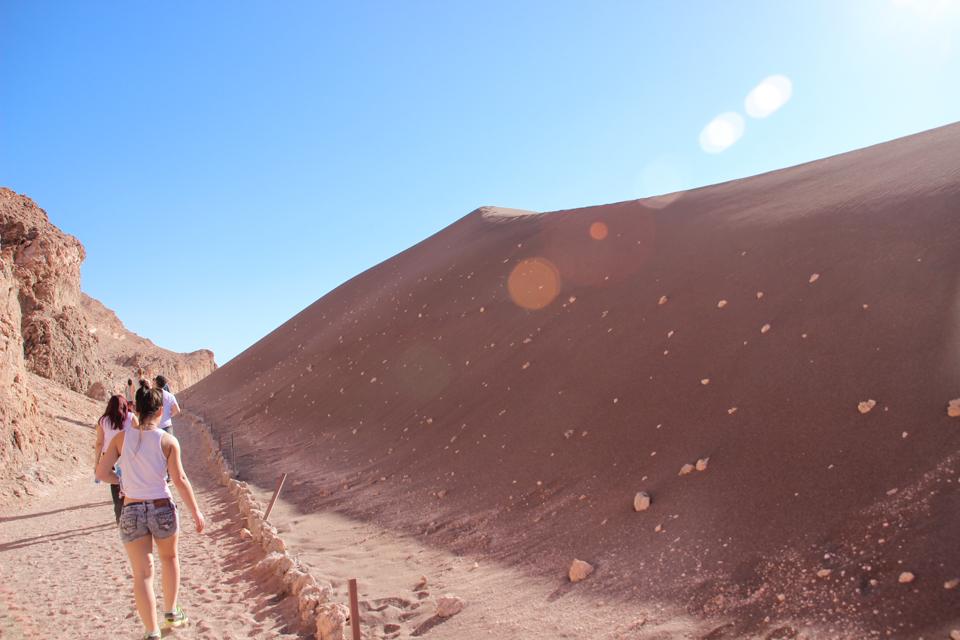 Valle de la luna - Caminhando em direção ao topo da duna que aparece ao lado esquerdo.