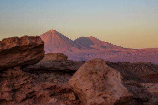 Entardecer no Valle de La muerte deixa o vulcão Licancabur com tons de rosa e laranja
