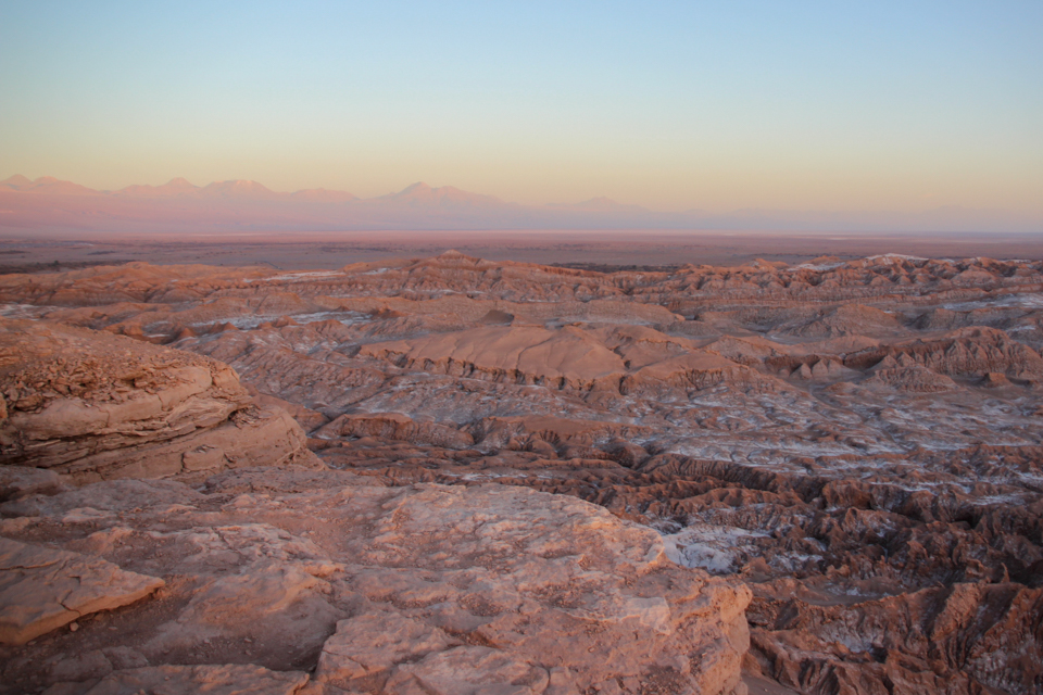 Vista de cima do Valle de la muerte com o chão incrustado de sal