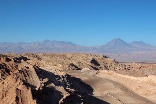 Vulcão ao fundo da vista de cima da duna no Valle de La luna