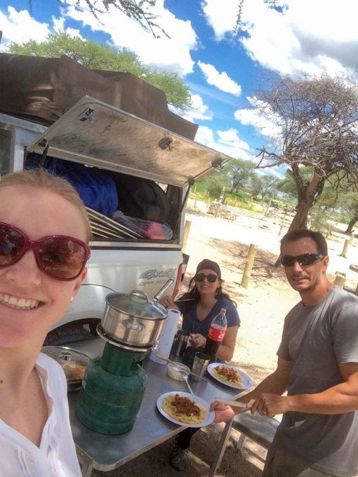 Eu, Diego e Marion comendo um macarrão que fizemos no camping do Etosha National park na Namíbia