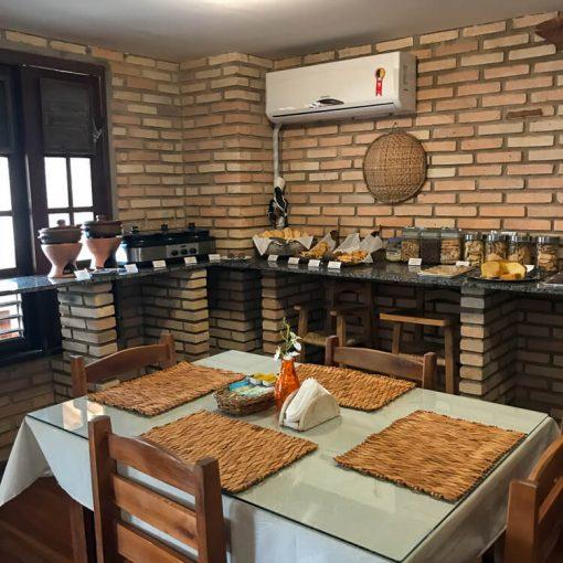 Café da manhã com pães, bolos, tapioca e cuscuz