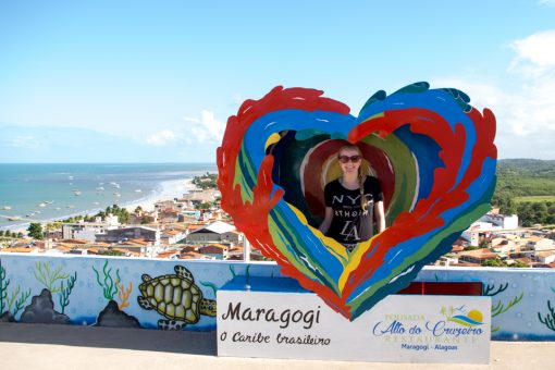 Eu dentro de um coração colorido com a inscrição Maragogi o caribe brasileiro