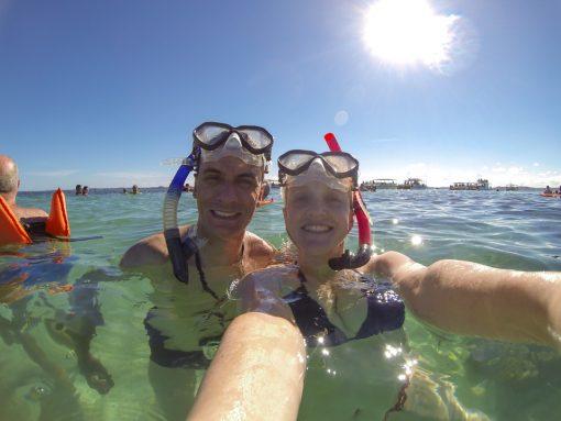 Eu e Diego com nossas máscaras de mergulho nos preparando para observar os peixes e corais