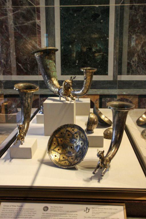 Taças gragas de vinho, em bronze, muito antigas com monstros na ponta e uma tigela em bronze