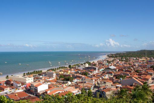 Mirante de Maragogi onde pode-se ver como a cidade é pequena e o mar de cor azul turquesa.