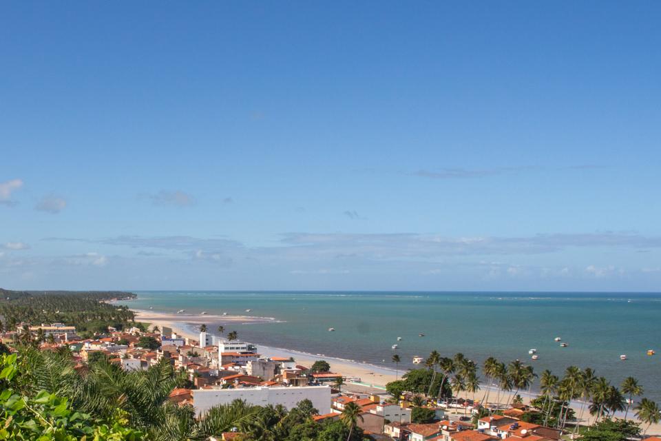 Vista de cima do mirante da pousada Alto do Cruzeiro mostrando a Praia de Antunes.