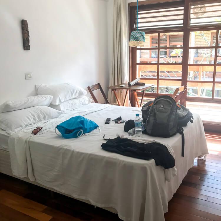 A realidade da cama da pousada depois que nós chegamos. Bagunça por todo o canto