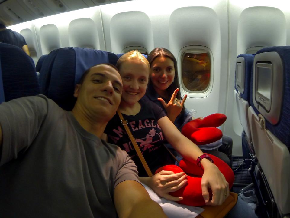 Diego, Bruna e Marion tirando uma selfie dentro do avião.