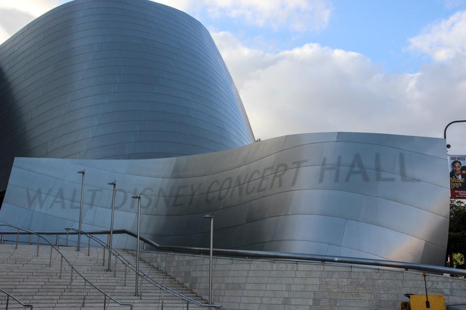 Placa com o nome da sala de concertos.
