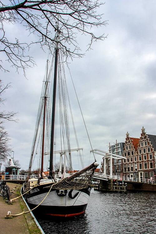 canal com um veleiro