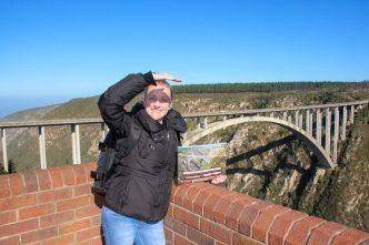Eu com o certificado observando a altura da ponte