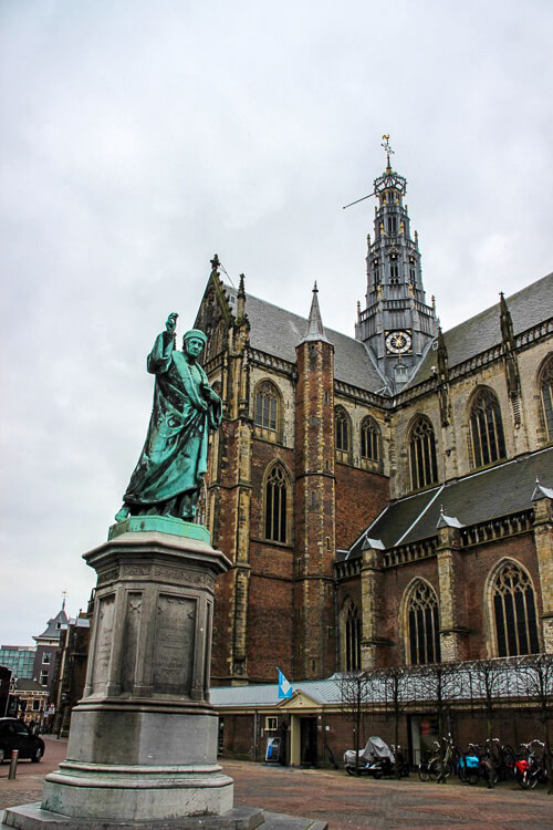 Haarleem Holanda - praça com uma igreja ao fundo