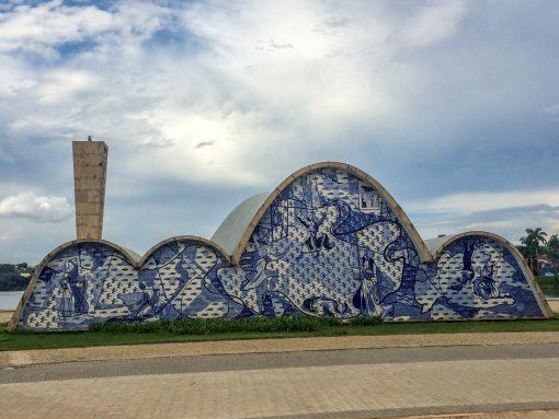Parte de trás da igreja com azulejos azuis e brancos.