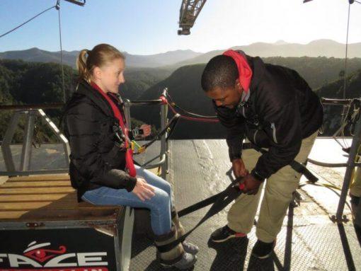 bungee jump africa do sul - esperando para amarrarem os meus pés