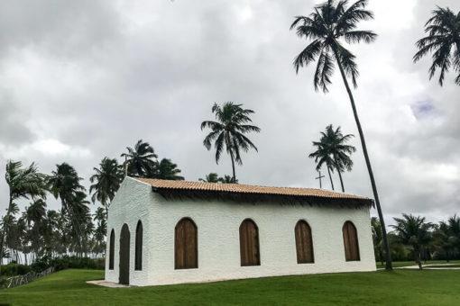 Praias de Alagoas - igreja branca de São Miguel dos MIlagres com coqueiros em volta