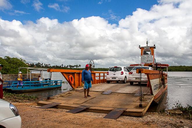 Praias de Alagoas - pequena balsa que faz a travessia Japaratinga para Porto de Pedras