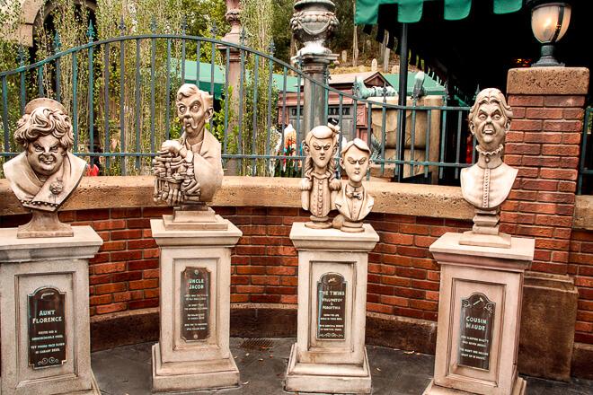 Atrações do Magic Kingdom - esculturas na entrada da casa mal assombrada