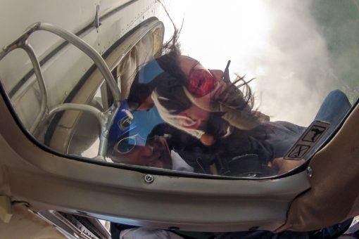 salto de paraquedas curitiba - Marion saindo do avião e Emerson fazendo careta