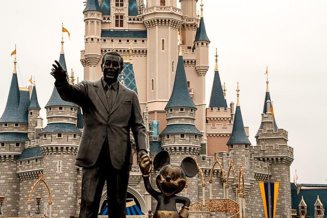 Atrações do Magic Kingdom - Walt Disney e Mickey na frente do castelo da Cinderela.