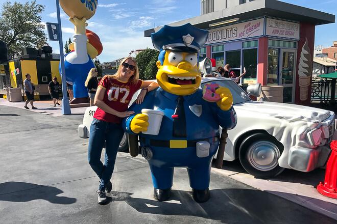 Parques em Orlando - Eu tentando compartilhar um rosquinha com o policial no Universal Studios