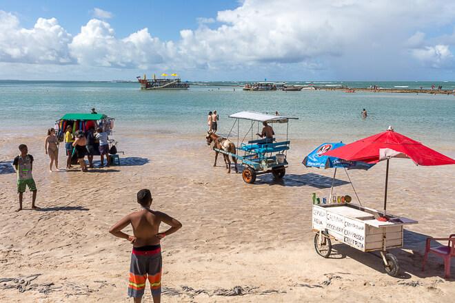 Comércio de ambulantes em frente ao Bora Bora