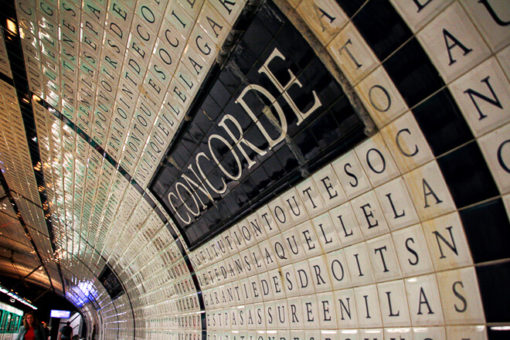 Estação Cpncorde cheia de azulejos brancos com letras