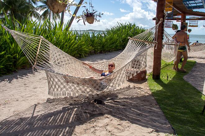 Praia dos Carneiros fotos - o Bora Bora tem redes que podem ser disputadas quase a tapas na alta temporada