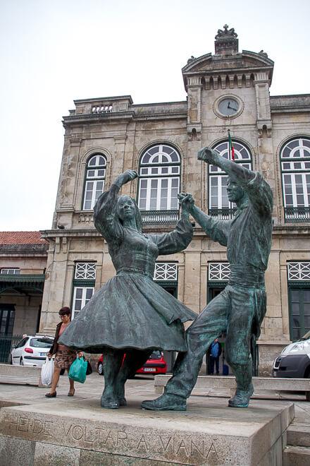 Estátuas dançando na estação de Viana do Castelo