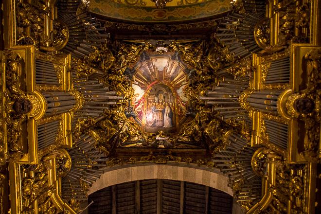 Teto e órgão da Sé de Braga com muito dourado e diversos detalhes