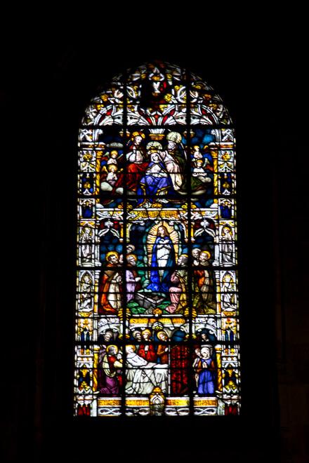 Vitral da Sé de Braga, Portugal com imagens da virgem Maria