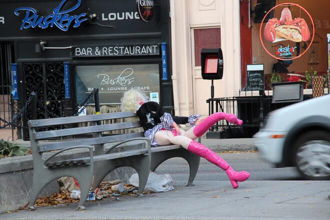 Soho em Nova York - boneca no banco da pracinha