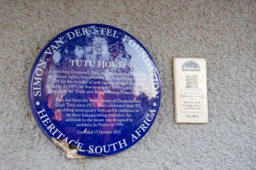Placa na frente da casa de Desmond Tutu