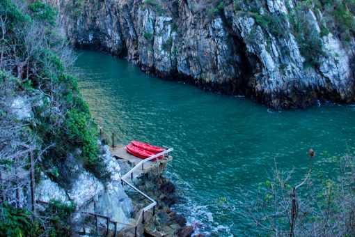 Kayaks esperando aventureiros no rio.