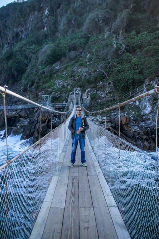 Diego na ponte suspensa.